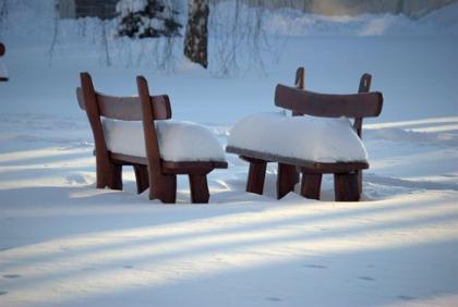 Stoelen in de sneeuw